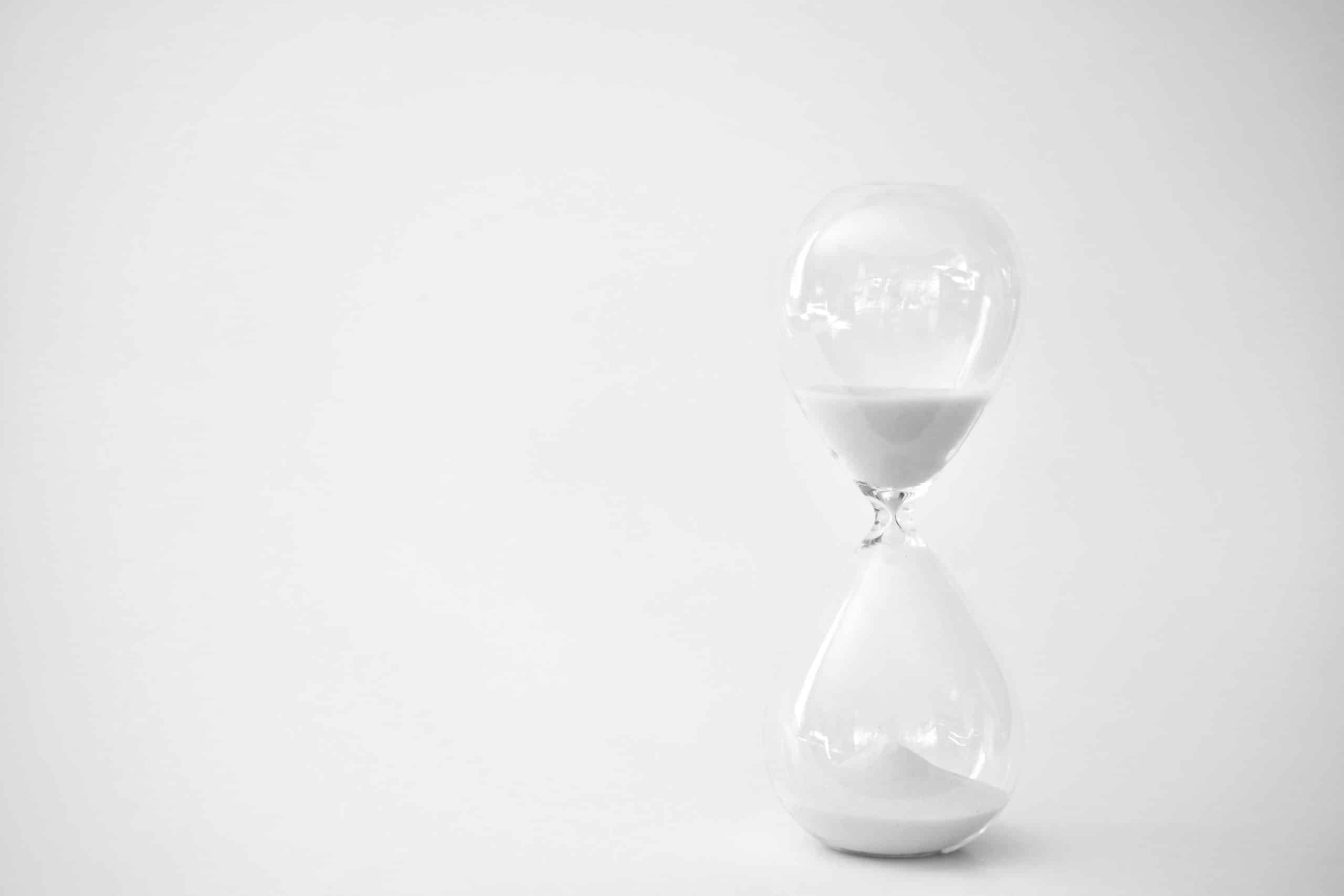 sand-running-through-the-bulbs-of-an-hourglass-measuring-the-passing-time-in-a-countdown-to-the-end_t20_YwBa2j